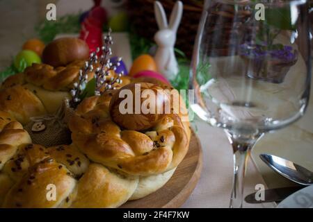 Primer plano de la decoración de la mesa de Pascua. Tradicional pan trenzado casero y huevos teñidos naturales con pieles de cebolla