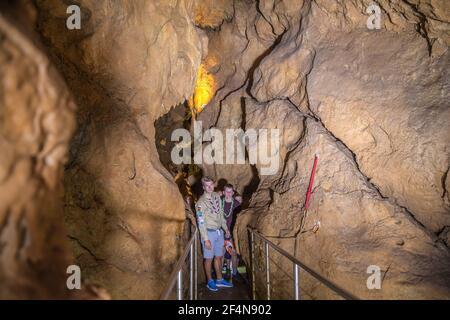 DOMZALE, ESLOVENIA - 16 de julio de 2019: Los Scouts están explorando esta cueva y el líder les está enseñando sobre Karst.