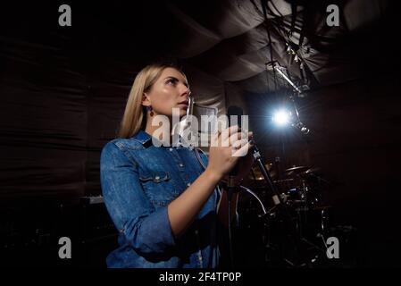 Juega. Hermosa artista vocal femenina de buen aspecto cantando en th