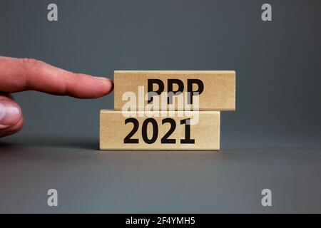 PPP, símbolo de programa de protección de cheque de pago 2021. Concepto palabras PPP, programa de protección de cheque de pago 2021 sobre bloques de madera sobre un hermoso fondo gris. Bu