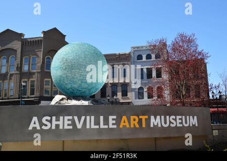 La señal y el gran globo de vidrio fuera del Museo de Arte de Asheville en el centro histórico.