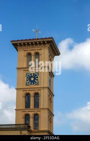 El recién restaurado wethervane victoriano en lo alto de la torre del reloj de 90ft en la Casa Osborne de la Herencia Inglesa en East Cowes, en la Isla de Wight, después de dos años de restauración de la veleta después de que fue dañada durante una tormenta. Foto fecha: Miércoles 24 de marzo de 2021.