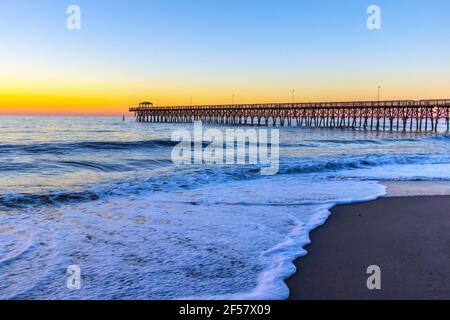 Myrtle Beach Sunrise Landscape. Amanecer en una amplia playa de arena con muelle de pesca en la costa del Océano Atlántico en Myrtle Beach, Carolina del Sur, Estados Unidos