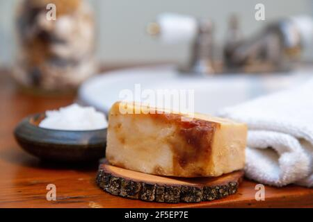 Artículos de cuidado personal natural en un mostrador de madera del baño Foto de stock