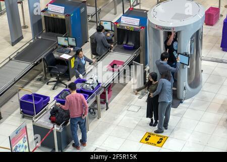 BANGKOK, TAILANDIA, 27 de noviembre de 2018, el control de pasajeros y su equipaje en el aeropuerto. Agentes de seguridad en el aeropuerto funciona en cuerpo escáner para comprobar