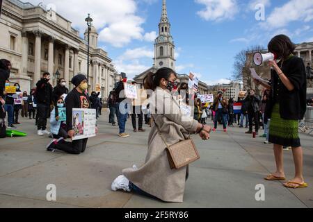 Un manifestante habla con sus colegas a través de un megáfono mientras se arrodillaba sosteniendo pancartas expresando su opinión durante una manifestación pacífica.manifestantes antigolpistas militares de Myanmar se reunieron en Trafalgar Square a medida que decenas más son asesinados en el país. La policía y los soldados militares de Myanmar (tatmadow) atacaron a los manifestantes con balas de goma, municiones vivas, gases lacrimógenos y bombas de aturdimiento en respuesta a los manifestantes contra el golpe militar el sábado en Myanmar, matando a más de 90 personas e hirieron a muchas otras. Al menos 300 personas han sido asesinadas en Myanmar desde el golpe de Estado del 1 de febrero, una situación de derechos humanos de la ONU