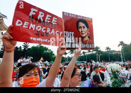 Los manifestantes sostienen pancartas que expresan sus opiniones durante la manifestación. Manifestantes birmanos y taiwaneses salieron a las calles de Taipei para protestar contra el golpe militar y exigieron la liberación de Aung San Suu Kyi. El ejército de Myanmar detuvo a la Consejera de Estado de Myanmar, Aung San Suu Kyi, el 01 de febrero de 2021, y declaró el estado de emergencia mientras se apoderaba del poder en el país durante un año después de perder las elecciones contra la Liga Nacional para la Democracia (LND).