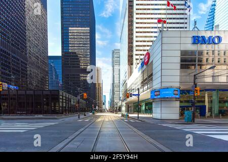 El horizonte del distrito financiero de Toronto y la arquitectura moderna. Primera plaza canadiense con edificios TD Bank durante la pandemia de covid-19