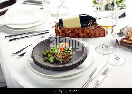 Ensalada de avokado, mariscos, carne, verduras y semillas de calabaza. Dietética, saludable y sabrosa. Banquete platos festivos. Menú de restaurante gourmet. Ba blanca Foto de stock