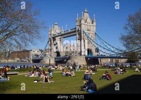 Londres, Reino Unido. 29th de marzo de 2021. La gente disfruta del sol en Potters Fields Park al lado de Tower Bridge, ya que las reglas de cierre se relajan en Inglaterra. Crédito: Vuk Valcic/Alamy Live News