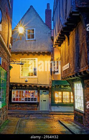 Reino Unido, Yorkshire del Norte, York, los Shambles por la noche