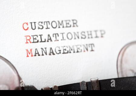 Frase de gestión de la relación con el cliente escrita con una máquina de escribir.