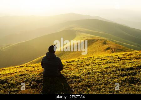Solo turista en el borde de la colina de montaña