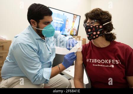 Austin, Texas 30 de marzo de 2021: JANIS DAEMMRICH (r), de 65 años, recibe su segunda inyección de la vacuna COVID-19 de Pfizer en una farmacia local, tres semanas después de la primera en el mismo lugar. Texas está reportando mayores envíos de vacunas y 1 de cada 6 tejanos elegibles están totalmente vacunados, alrededor del 16%.