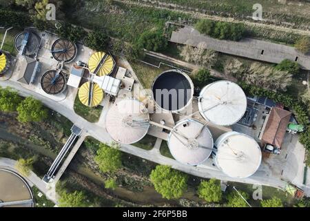 Vista aérea de tuberías y tanques de fábrica industrial. Foto de alta calidad