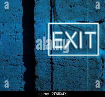salida de inscripción de luces brillantes de neón azul cuelga en una pared de ladrillo, por la noche.