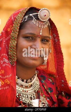 Retrato de una mujer en distintivo Rajasthani Rajasthani y joyas, Jaisalmer, India Foto de stock