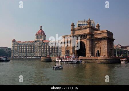 Una vista de la magnífica puerta de entrada a la India vista desde el puerto en Mumbai (antes Bombay) con el hotel Taj a la izquierda.