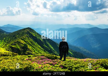 Silueta del hombre en montañas foggy. Concepto de viaje. Fotografía de paisajes