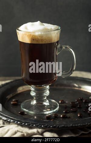 Cóctel de café irlandés caliente con nata montada
