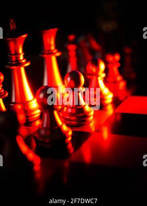 Juego de ajedrez dorado. Ideas de estrategia concepto de negocio futurista icono gráfico.