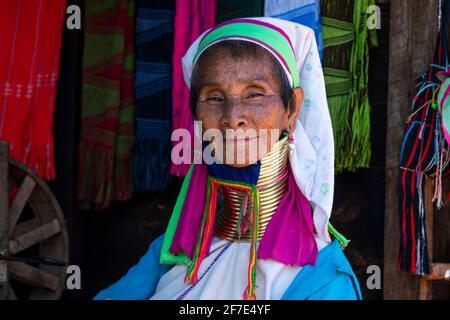 Mujer Kayan con anillos de latón tradicionales en el cuello, cerca de Loikaw, Myanmar