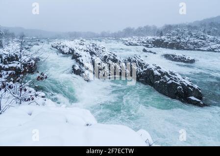 Una espectacular escena nevada del río Potomac en Great Falls Park en el norte de Virginia.