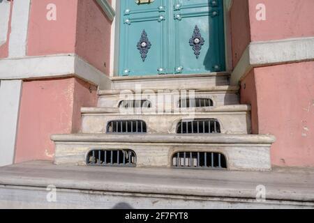Escaleras de mármol de entrada bellamente diseñadas con vallas de hierro de una puerta de un apartamento en Beyoglu, Estambul