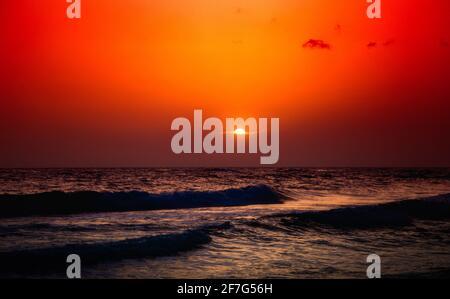 Puesta de sol sobre el mar Mediterráneo.