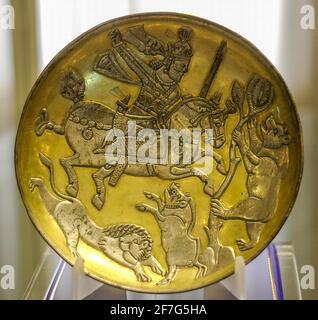 Plato de plata chapado en oro Sasaniano que representa al Rey cazando un león, un jabalí y un oso, Museo Tabriz, Irán.