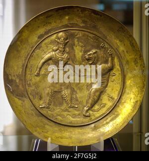 Plato de plata Sasanian chapado en oro que representa al Rey matando un león con una espada, Museo Tabriz, Irán.