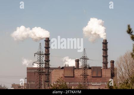 Contaminación ambiental. Humo de las tuberías de una planta minera.