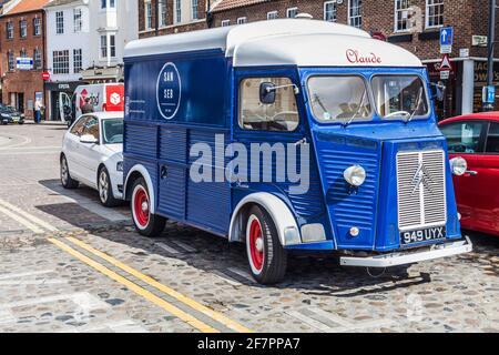 El distintivo 1958 Citroen H Van utilizado por San Seb Coffee Outlet en Yarm, Inglaterra, Reino Unido estacionado en la High Street.