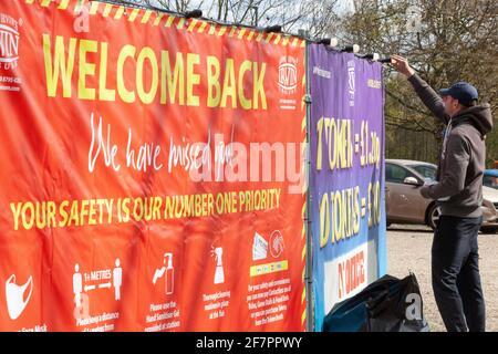 Londres, Reino Unido. 9th de Abr de 2021. 'Welcome Back' dice que el letrero como trabajador de la feria de muestras pone las luces en preparación para la reapertura que se permitirá el lunes 12 de abril. Crédito: Anna Watson/Alamy Live News