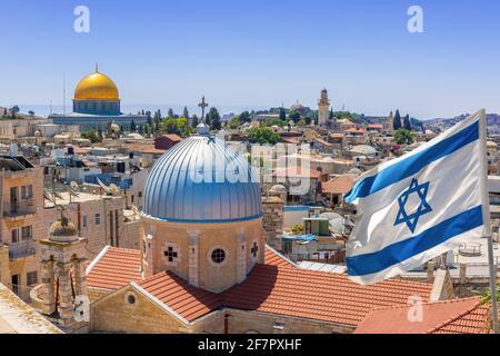 Jerusalén, Israel; 8 de abril de 2021 - Una vista elevada de la vieja ciudad de Jerusalén, Israel mostrando la Iglesia Nuestra Señora de los Dolores y la Cúpula de la roca.