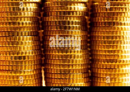 Vista de cerca de tres torres de monedas. Textura de la moneda. Banner de concepto de ahorro de dinero