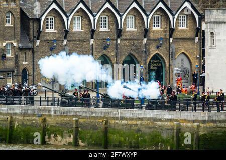Londres, 10th de abril de 2021. 41 Gun saludo de la Honorable Artillería Company en la Torre de Londres para conmemorar la muerte de S.A.R. el Príncipe Felipe, Duque de Edimburgo. Crédito: Bradley Taylor / Alamy Live News