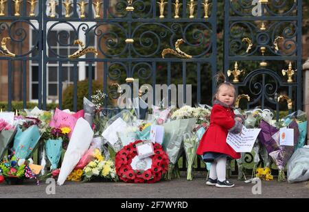 Maise Cairns, de 18 meses de edad, a las puertas del Castillo de Hillsborough en Irlanda del Norte, durante un homenaje con armas de 41 vueltas, tras el anuncio de la muerte del Duque de Edimburgo a la edad de 99 años. Fecha de la foto: Sábado 10 de abril de 2021.