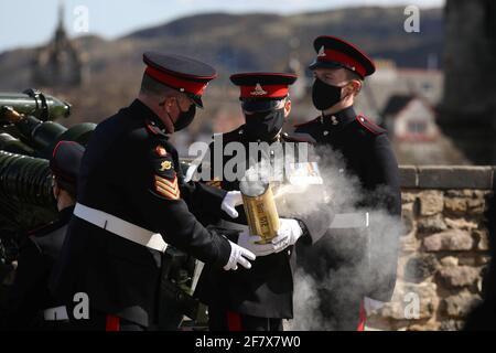 Miembros del Regimiento de 105th Artillería Real disparan un arma de saludo para marcar la muerte del príncipe Felipe de Gran Bretaña, marido de la reina Elizabeth, en el Castillo de Edimburgo, Gran Bretaña 10 de abril de 2021. Andrew Milligan/Pool vía REUTERS Foto de stock