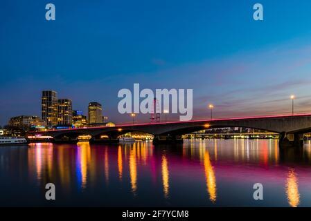 Vista al atardecer de las luces del Waterloo Bridge sobre el río Támesis, Londres, Reino Unido