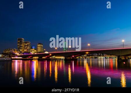 Vista a primera hora de la tarde de las luces del puente Waterloo sobre el río Támesis, Londres, Reino Unido