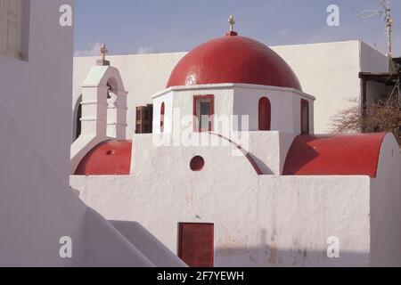 Mykonos, Grecia - 05 de abril de 2012: Iglesia Metropolitana, templo cristiano con cúpula roja y campanario, encalado en blanco en la ciudad de Mykonos, Cícladas i