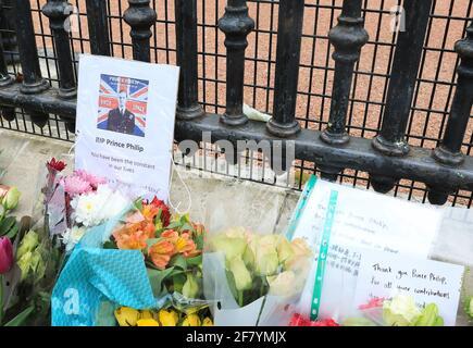 Londres, Reino Unido, abril de 10th 2021. La gente hizo cola para poner flores fuera de las puertas del palacio de Buckingham para pagar sus respetos y recordar a S.A.R. el príncipe Felipe que murió el viernes a los 99 años. Monica Wells/Alamy Live News