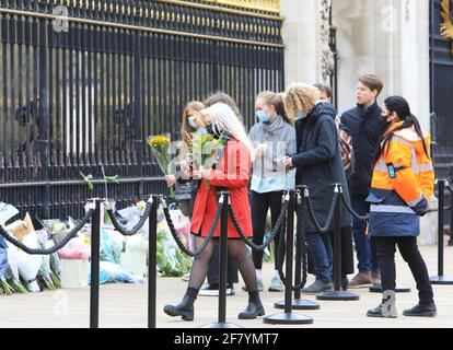 Londres, Reino Unido, abril de 10th 2021. La gente hizo cola para poner flores y rendir sus respetos fuera del Palacio de Buckingham en homenaje al Príncipe Felipe de la HRH, que murió el viernes a la edad de 99 años, a sólo 2 meses de su cumpleaños de 100th. Monica Wells/Alamy Live News
