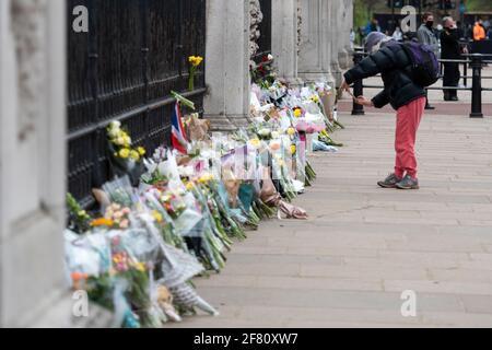 Buckingham Palace, Londres, Reino Unido. 10th de Abr de 2021. La gente se pone en cola en las afueras del Palacio de Buckingham para dejar flores en memoria de S.A.R. el Duque de Edimburgo (Príncipe Felipe) que falleció el 9th de abril. Crédito: Benjamin Wareing/Alamy Live News