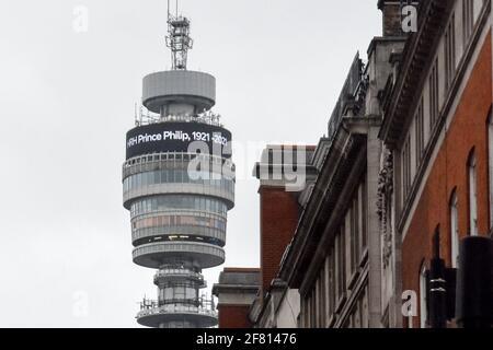 Londres, Reino Unido. 10th de Abr de 2021. La Torre BT muestra el nombre del difunto Príncipe Felipe, el Duque de Edimburgo. El marido de la reina Isabel II, murió en la mañana del 9 de abril de 2021, a la edad de 99 años. Crédito: Ilya Dmitryachev/TASS/Alamy Live News