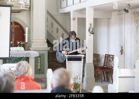 11 de abril de 2021, Thuringia, Tröbnitz: Friedbert Reinert, el iniciador de la Tälerpigerweg, canta en la iglesia de peregrinación. El 11.04.21 se abre la temporada de la Tälerpilgerweg en el distrito de Saale-Holzland y Saale-Orla en Turingia. Bajo el lema 'individualmente y aún juntos - conectado en el Camino de Peregrinaje del Valle' tendrá lugar. Después, se invita a los peregrinos a realizar una peregrinación individual. Foto: Bodo Schackow/dpa-Zentralbild/dpa