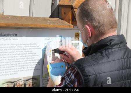 11 de abril de 2021, Turingia, Tröbnitz: Un amigo peregrino estampa su tarjeta de peregrino en la iglesia peregrina. El 11.04.21 se abre la temporada de la Tälerpilgerweg en el distrito de Saale-Holzland y Saale-Orla en Turingia. Bajo el lema 'individualmente y aún juntos - conectado en el Camino de Peregrinaje del Valle' tendrá lugar. Después, se invita a los peregrinos a realizar una peregrinación individual. Foto: Bodo Schackow/dpa-Zentralbild/dpa