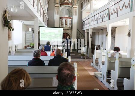 11 de abril de 2021, Turingia, Tröbnitz: Friedbert Reinert, el iniciador de la Tälerpilgerweg, habla en la iglesia de peregrinación. El 11.04.21 se abre la temporada de la Tälerpilgerweg en el distrito de Saale-Holzland y Saale-Orla en Turingia. Bajo el lema 'solo y aún juntos - conectado en el Camino de Peregrinaje del Valle'. Después, la invitación se extiende a los peregrinos individuales. Foto: Bodo Schackow/dpa-Zentralbild/dpa