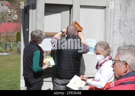 11 de abril de 2021, Turingia, Tröbnitz: Los amigos peregrinos se encuentran delante de la iglesia peregrina. El 11.04.21 se abre la temporada en el Camino del Valle en los distritos de Saale-Holzland y Saale-Orla en Turingia. Bajo el lema 'solo y aún juntos - conectado en el Camino de Peregrinaje del Valle'. Después, la invitación se extiende a los peregrinos individuales. Foto: Bodo Schackow/dpa-Zentralbild/dpa